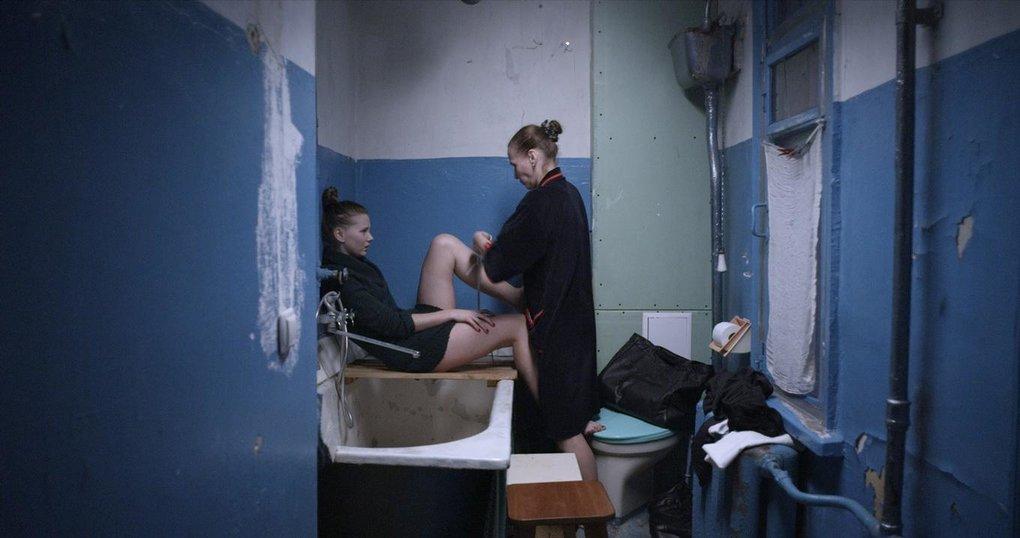 devushka-masturbiruet-anal-smotret-onlayn