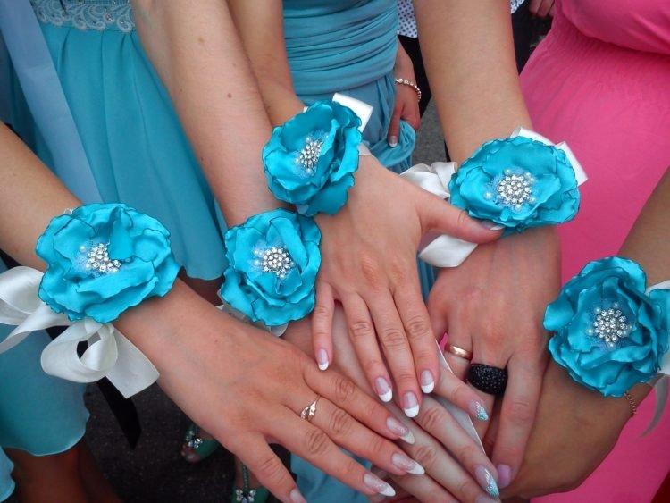 Цветы для подружек невесты на руку своими руками из ленты 83