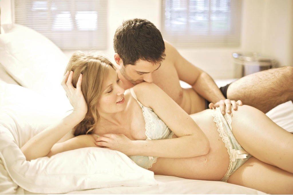 На боку девушка принимает анальный секс который предоставил давний друг