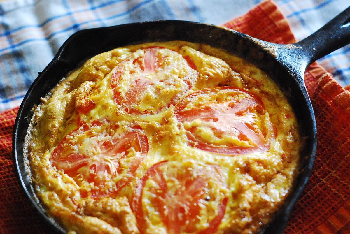 Как сделать омлет с колбасой и помидорами