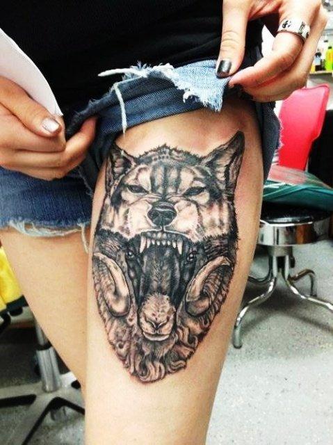 Тату волка для девушки на бедре
