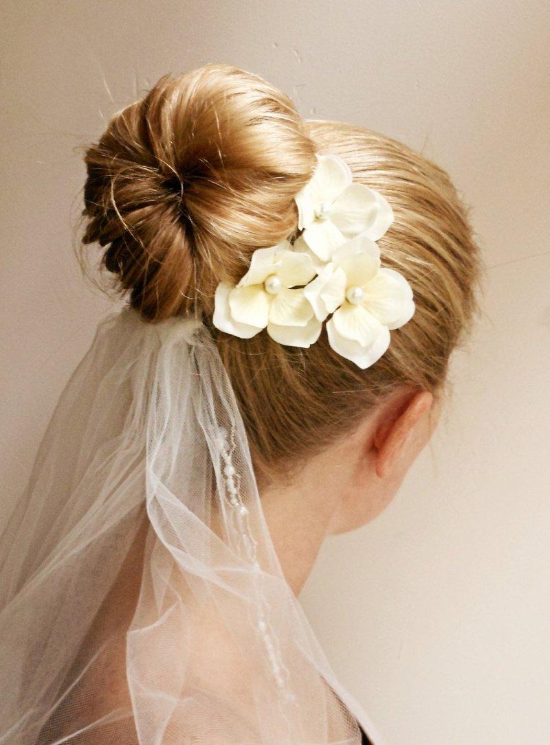 Цветок в волосы и фата фото