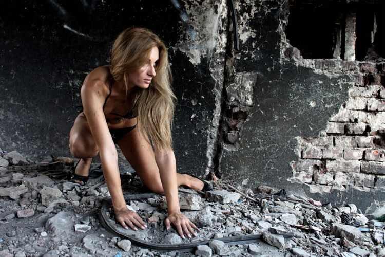 Ласковые девушки нежатся в заброшенном здании  474328
