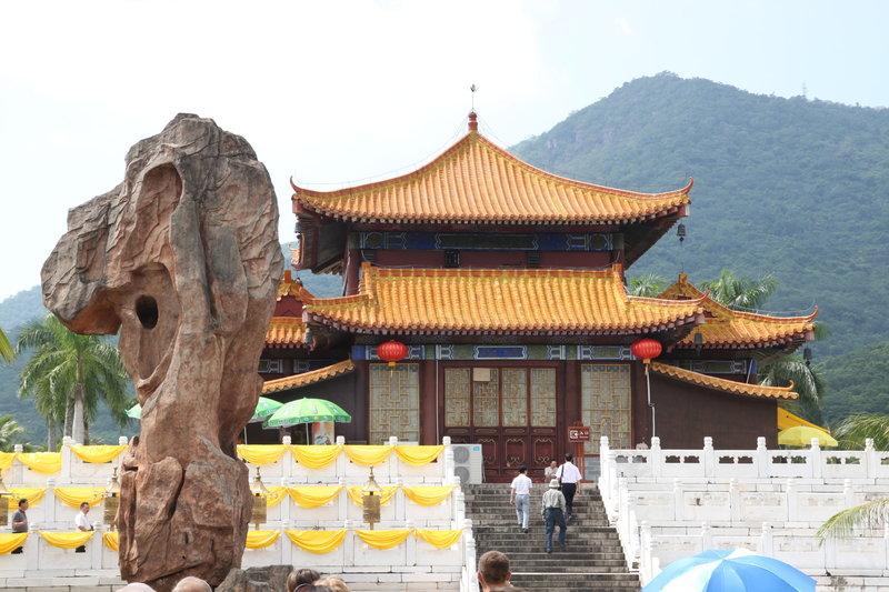 Высота выбрана неспроста: число 108 в буддизме имеет сакральное значение, во-первых, именно столько томов содержит сборник высказываний будды, а во-вторых, таково, по мнению буддистов, количество страстей-ощущений, дающихся человеку