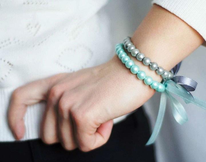 Как сделать браслет с лентой и бусинами своими руками