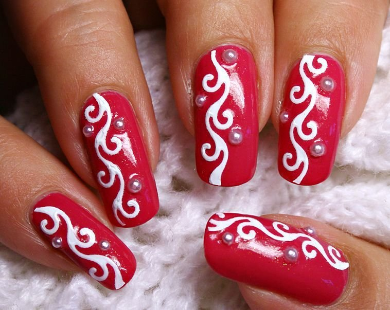 Рисуем на ногтях красным лаком