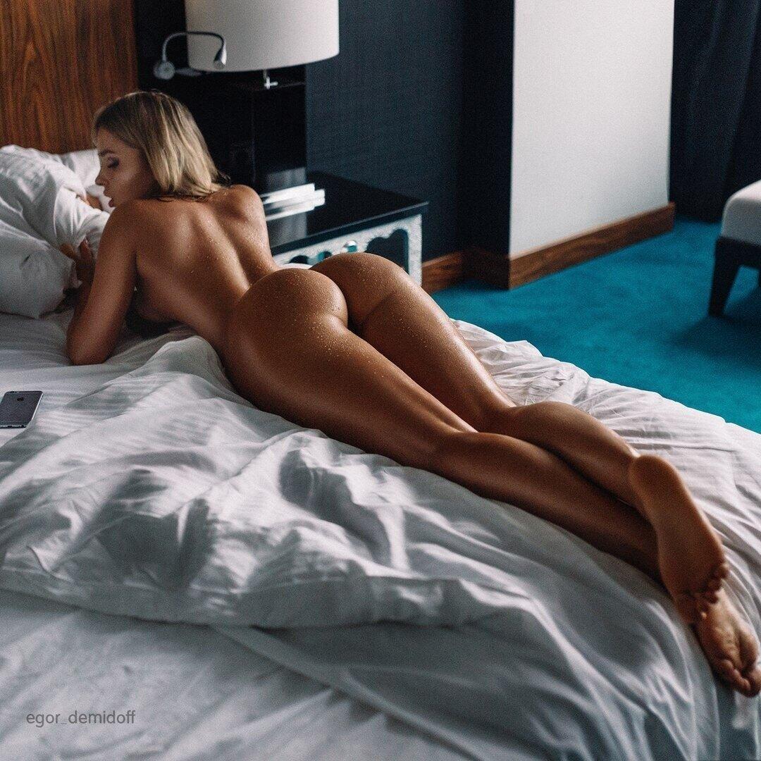 Голая Девушка Лежит На Животе