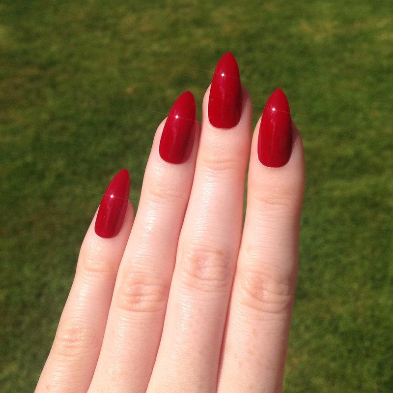 Маникюр на миндалевидных ногтях в красном цвете