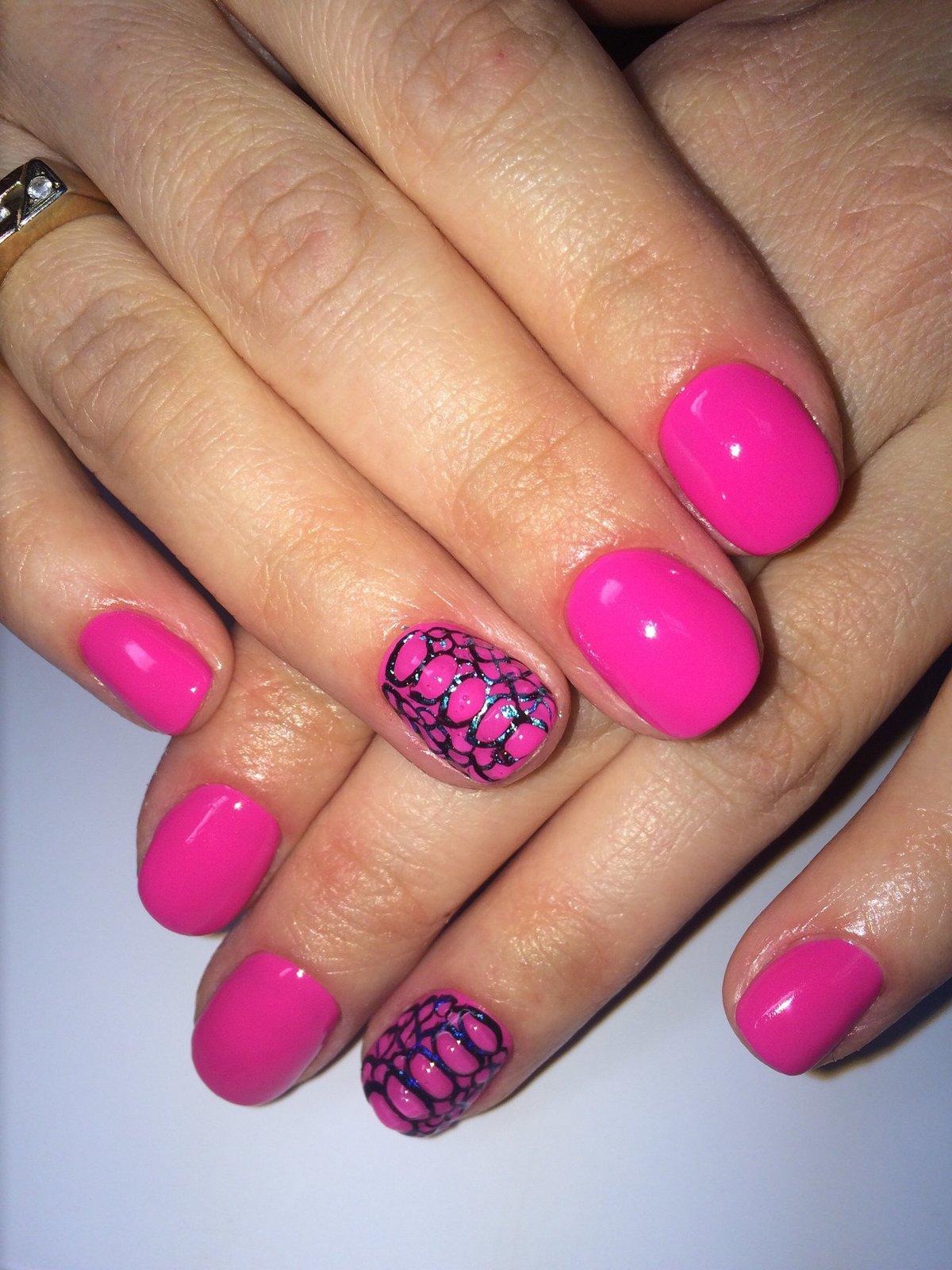 Маникюр с розовым лаком на коротких ногтях