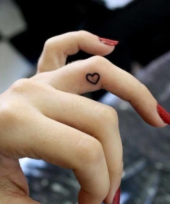 Тату сердце на пальце