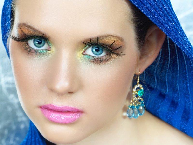 Макияж для голубых глаз и черных волос