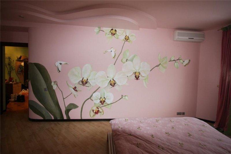 Рисунок орхидеи на стене в спальной комнате