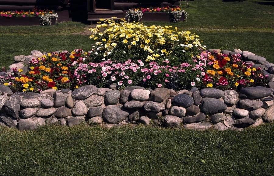 Заборы и клумбы из камня своими руками 91