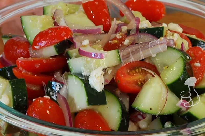 Салат из курицы огурцов помидор и сыра