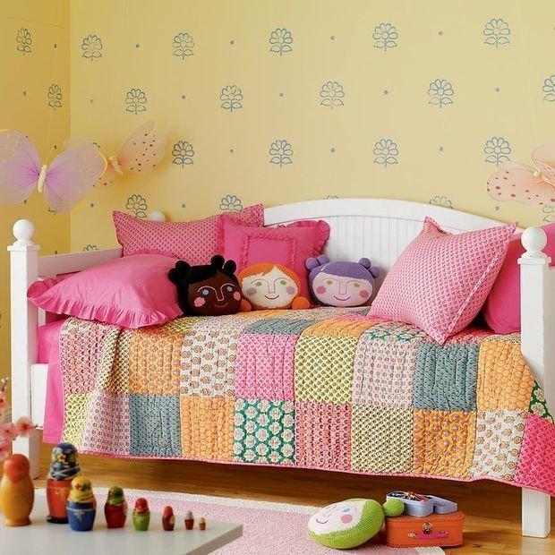 Декоративные подушки в интерьере детской фото