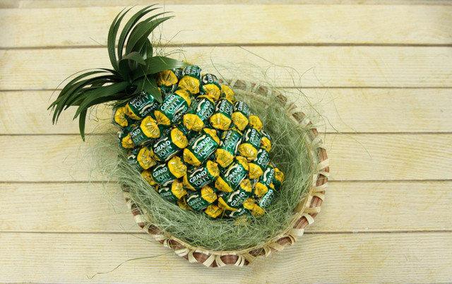 Букет из конфет и гофрированной бумаги ананас