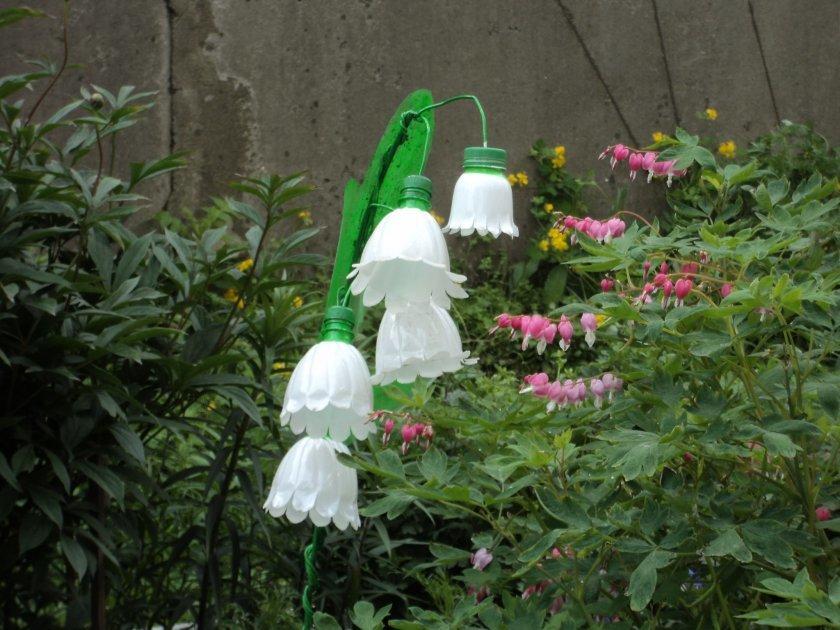 Как сделать цветок из пластиковых бутылок на дачу