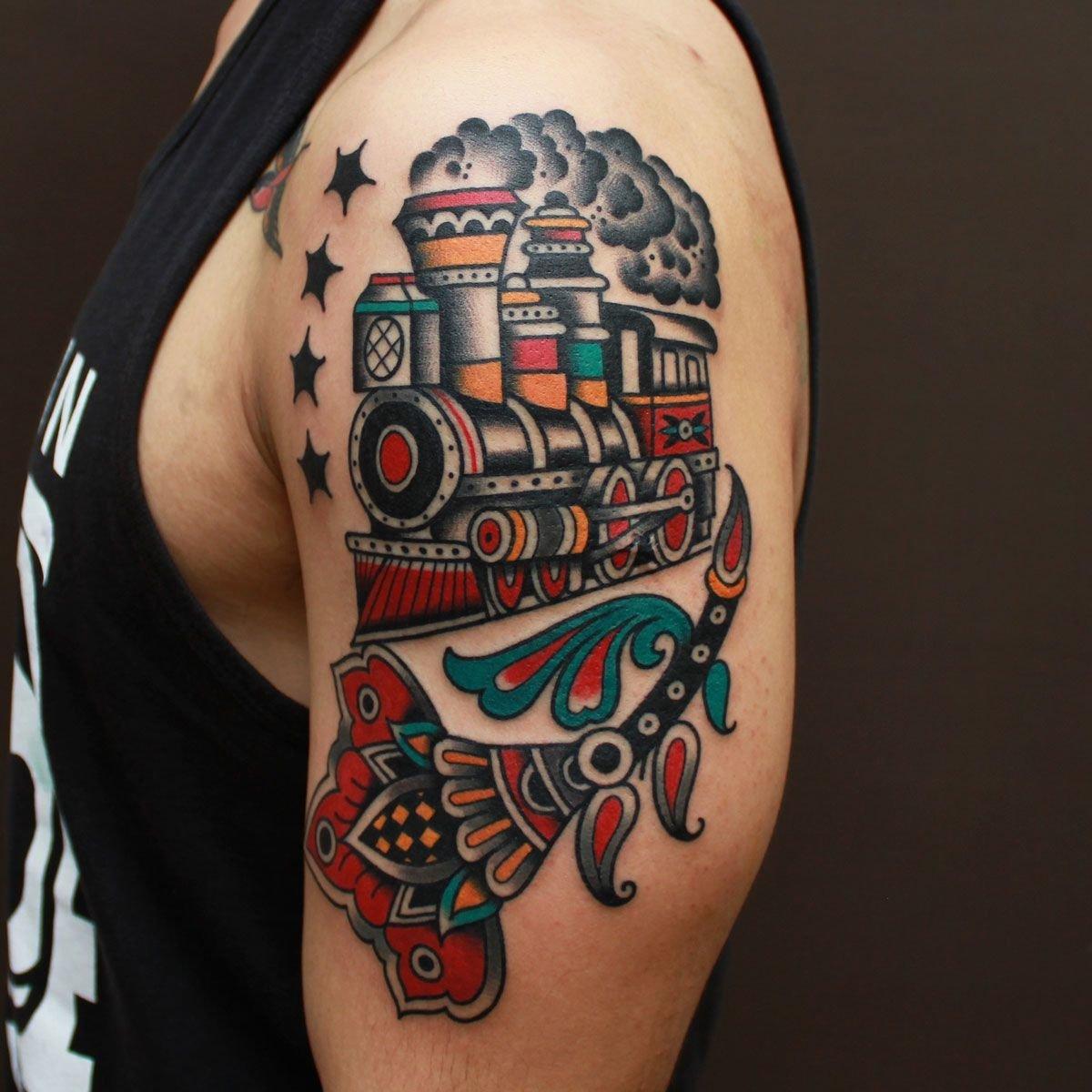 Цветное тату на руке мужчины
