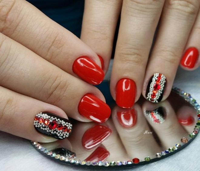 Красные ногти со стразами дизайн