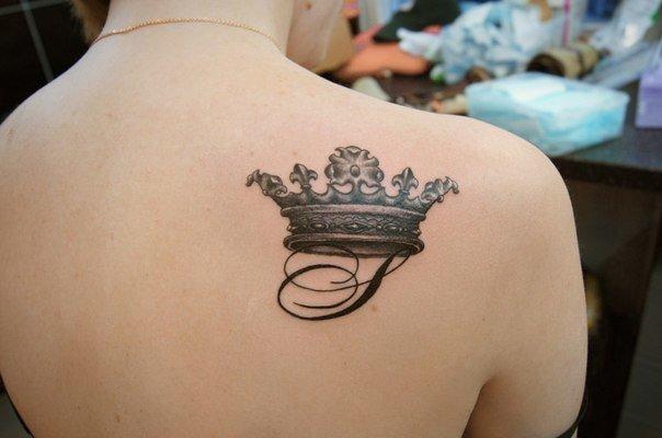 Тату на лопатку с короной