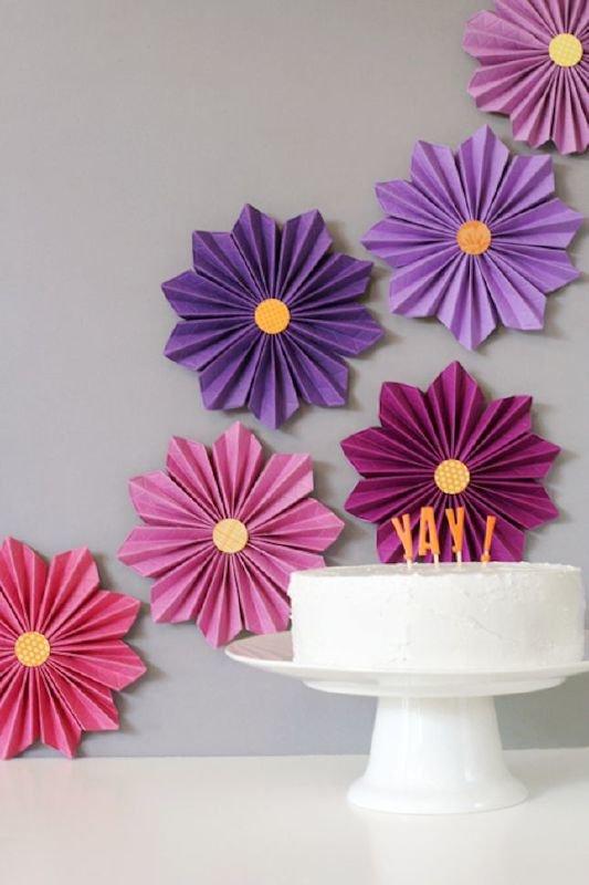 Большие цветы из бумаги своими руками для украшения стены 169