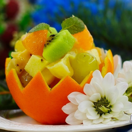 Салат из фруктов в апельсине