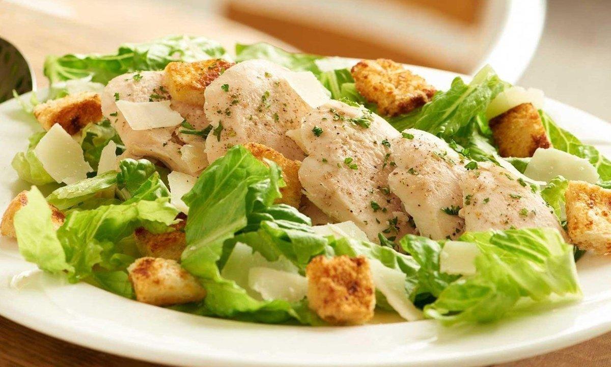 Салат цезарь с копченой курицей и огурцом
