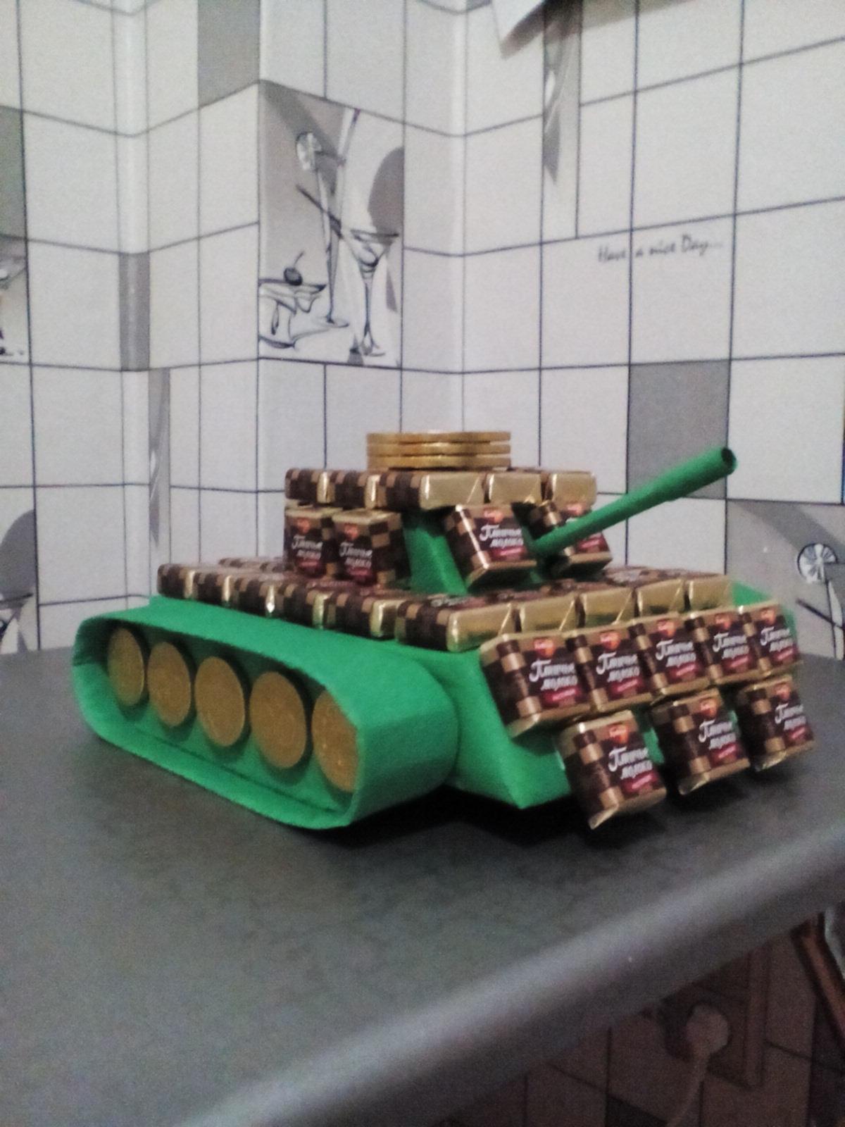 Как сделать танк из конфет своими руками видео