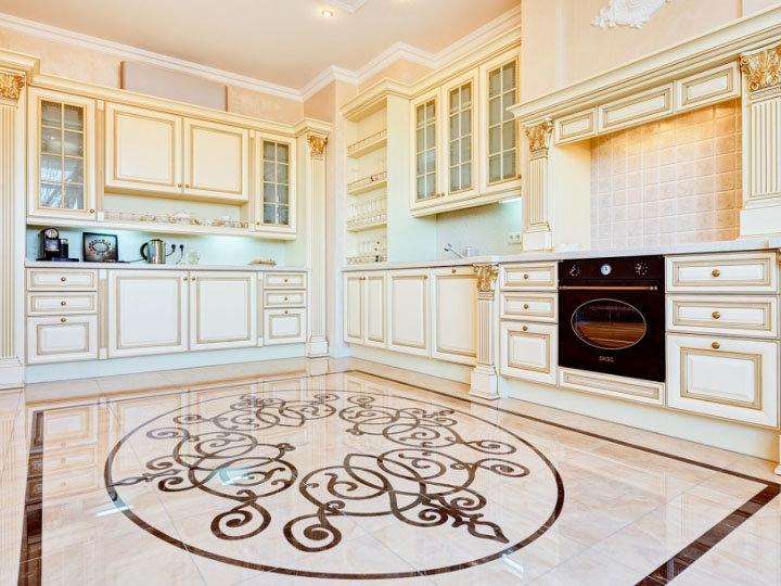Дизайн классической кухни в светлых тонах фото