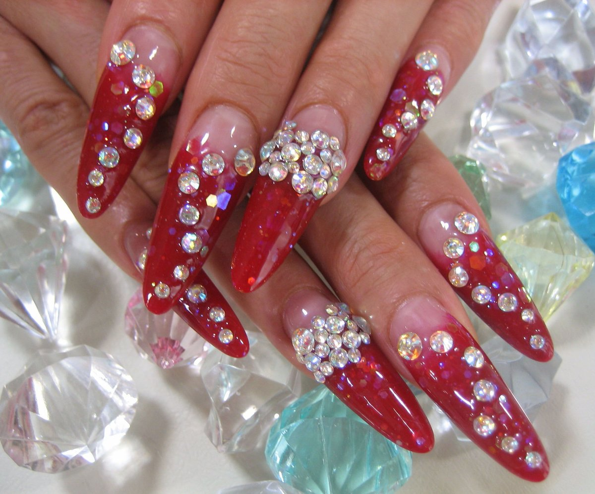 Маникюр красный на длинные ногти со стразами
