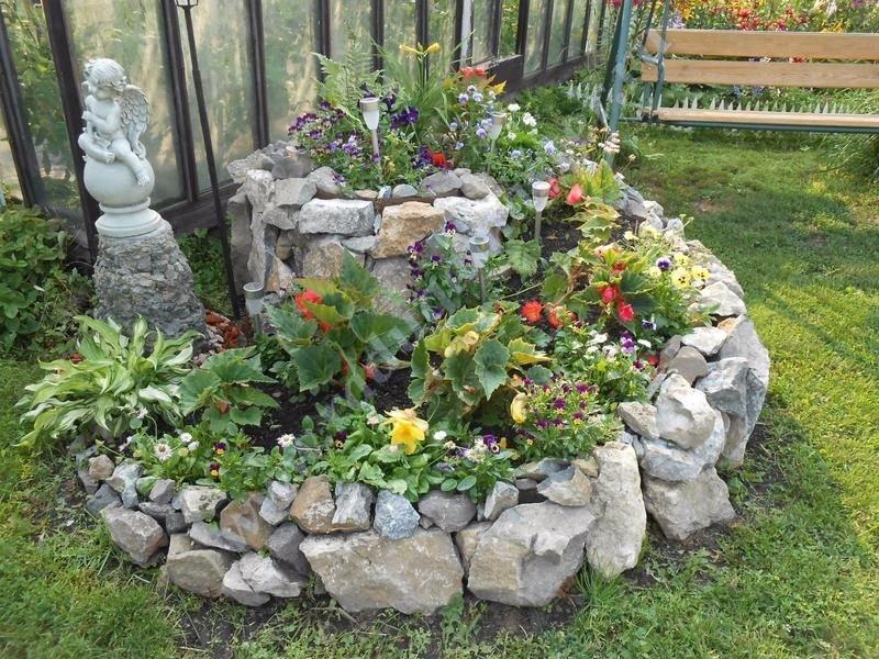 Как сделать клумбу из камней и цветов