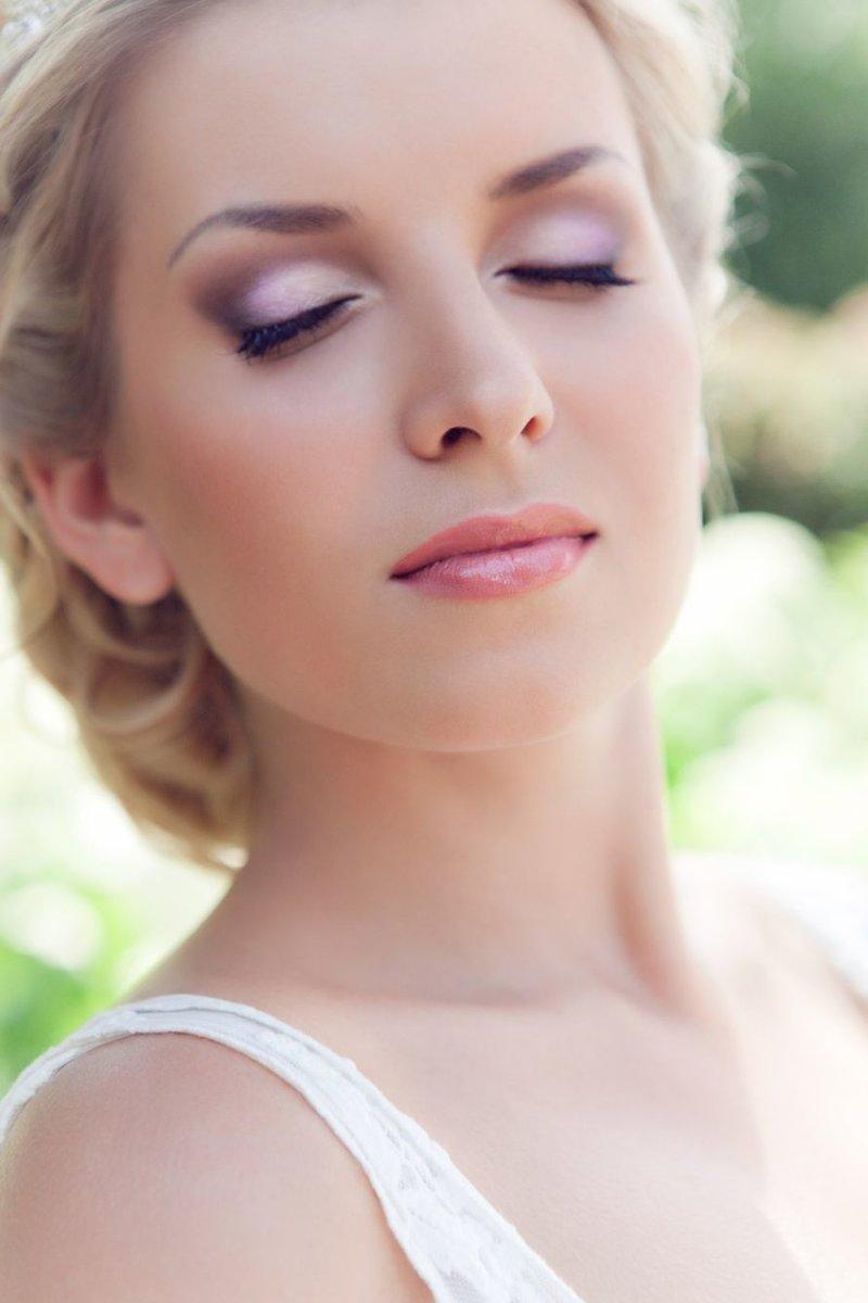 Розовый макияж с накладными ресницами