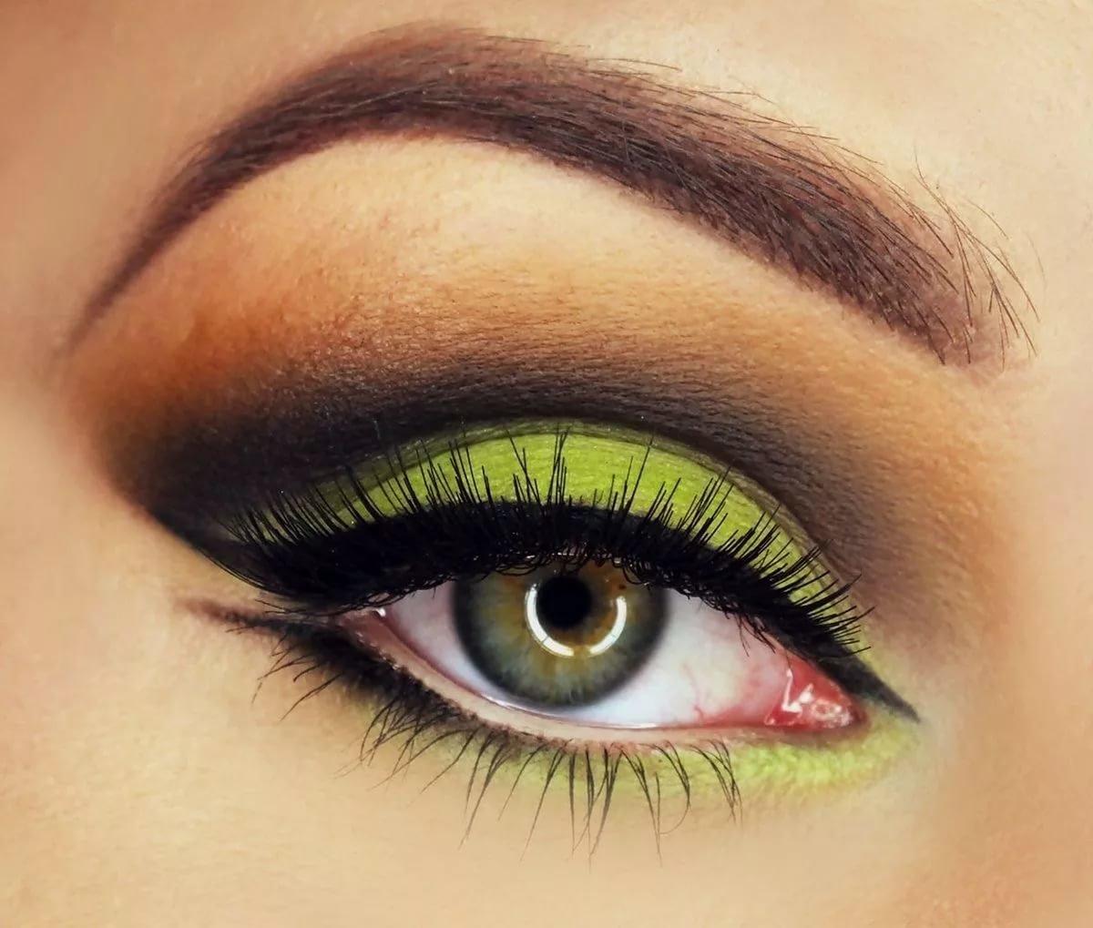 Макияж под черное платье зеленые глаза