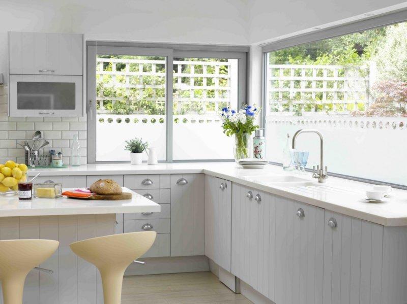 Дизайн кухни угловые с окном 5