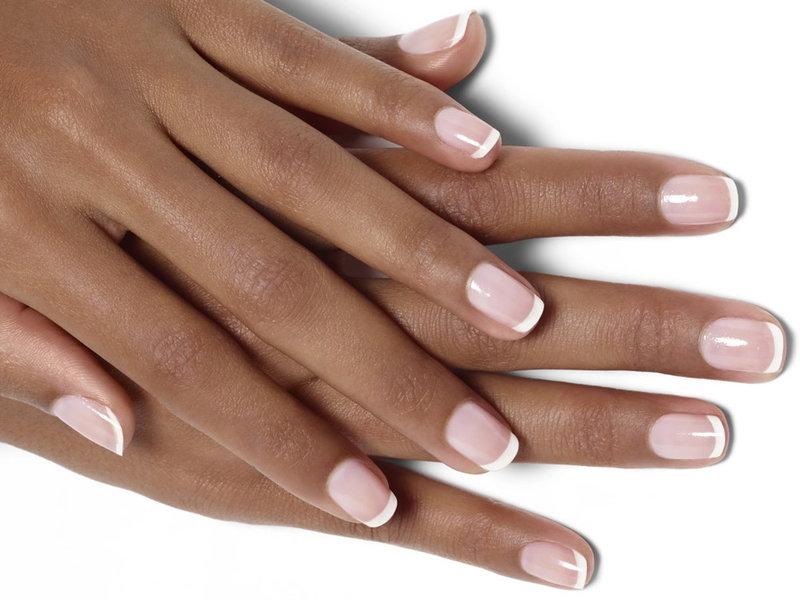 Классический белый френч на коротких ногтях