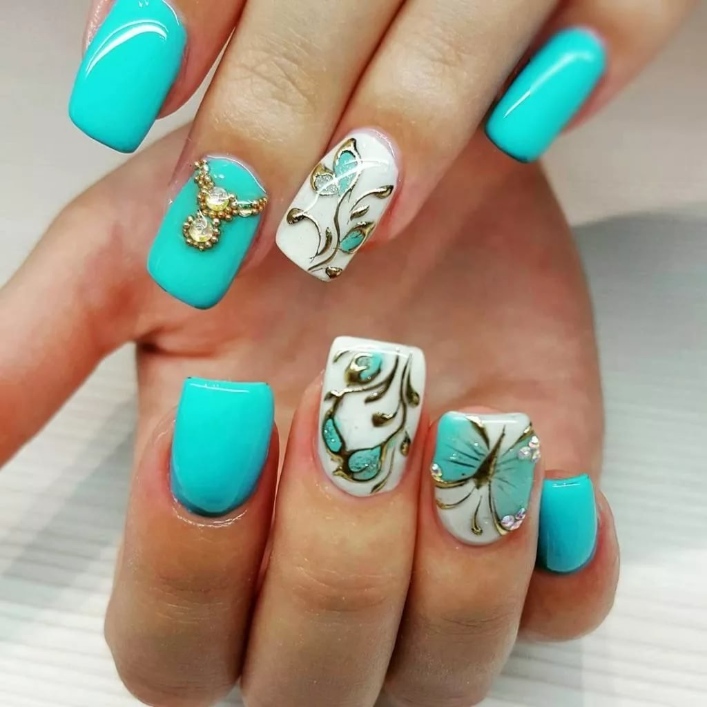 Голубые бабочки на ногтях фото