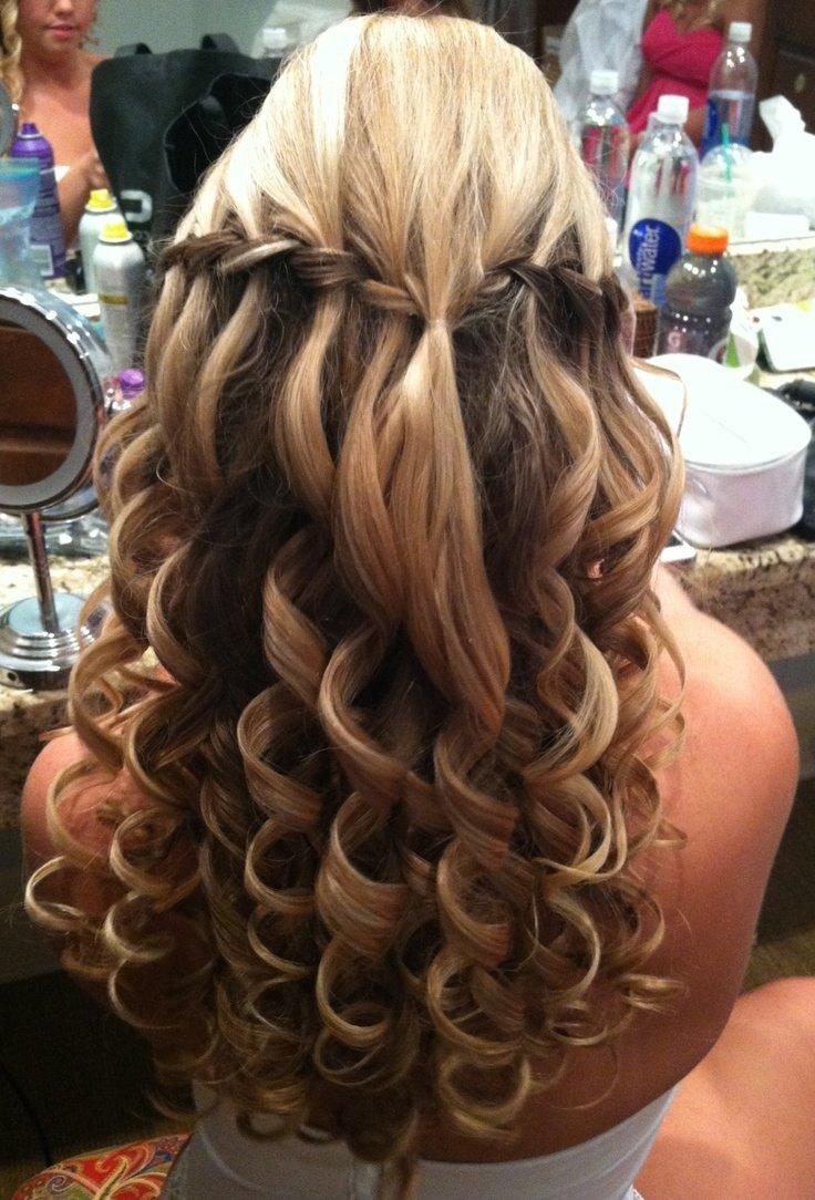 Причёска с накрученными волосами водопад