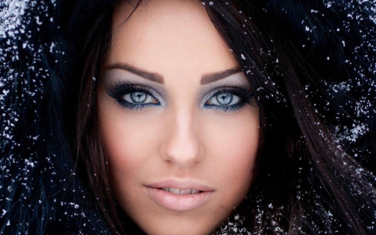 Макияж брюнетка с голубыми