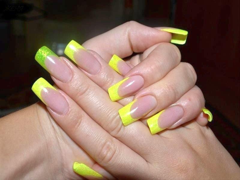Желтый френч на длинных ногтях