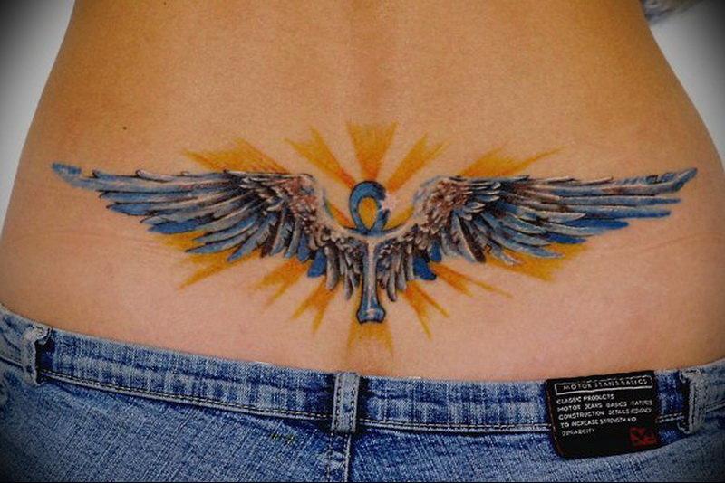 Цветное тату на пояснице для девушек