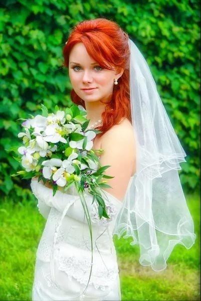 Рыжая девушка в свадебном платье