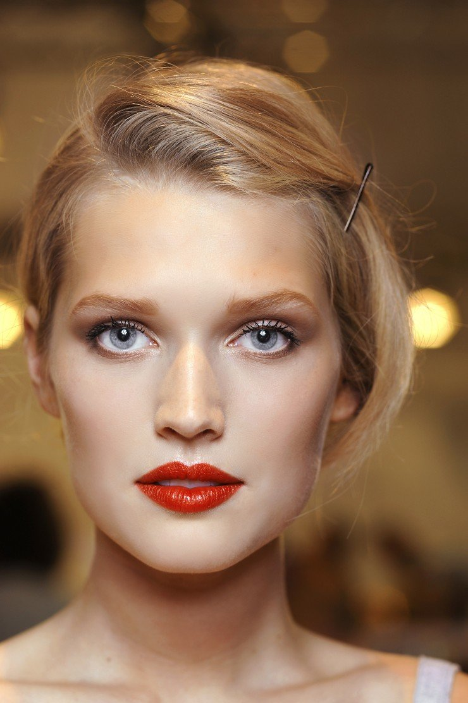 Яркий макияж с красной помадой фото
