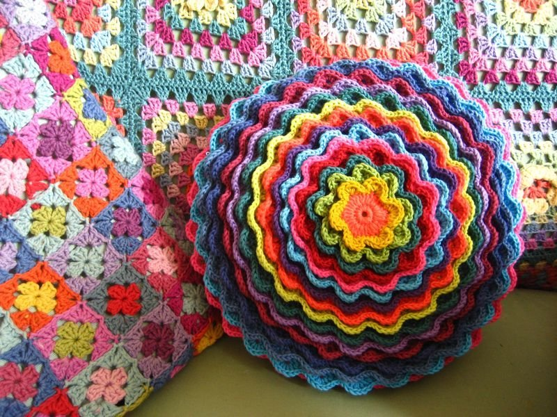 Вязание крючком подушка цветок 61