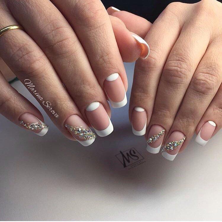 Белый френч со стразами на квадратных ногтях