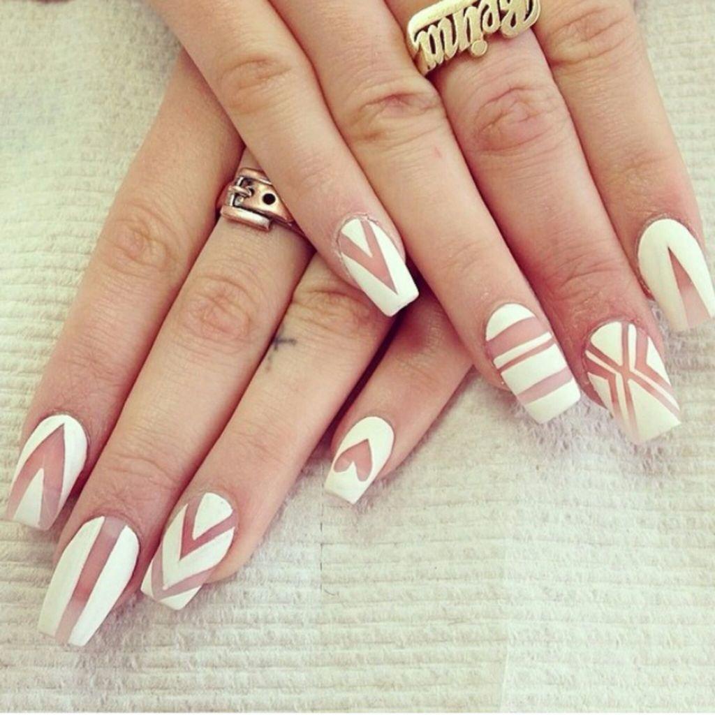 Прозрачные ногти с белым