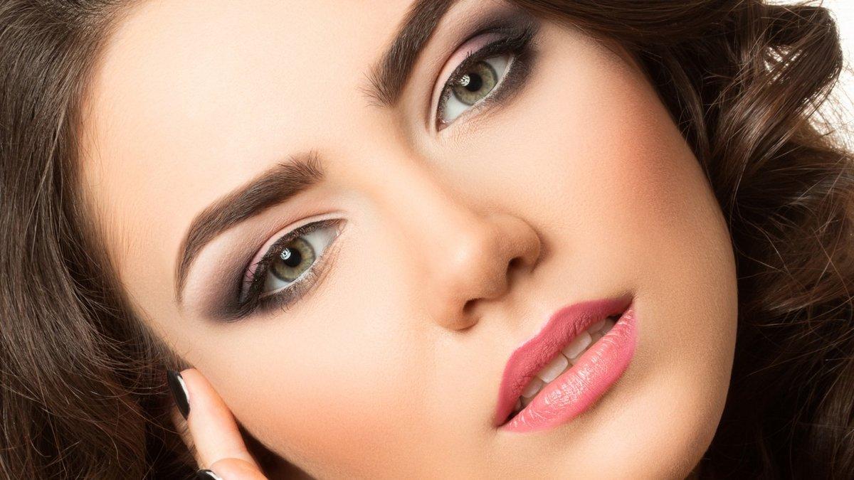 Красивый и легкий макияж для брюнетки с