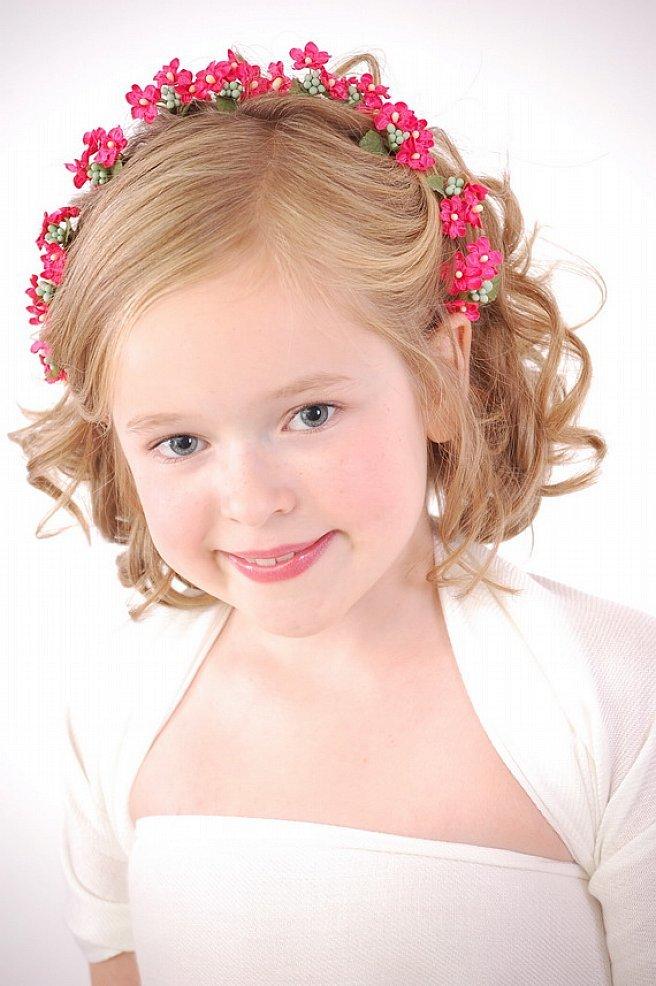Детская прическа с венком из цветов фото