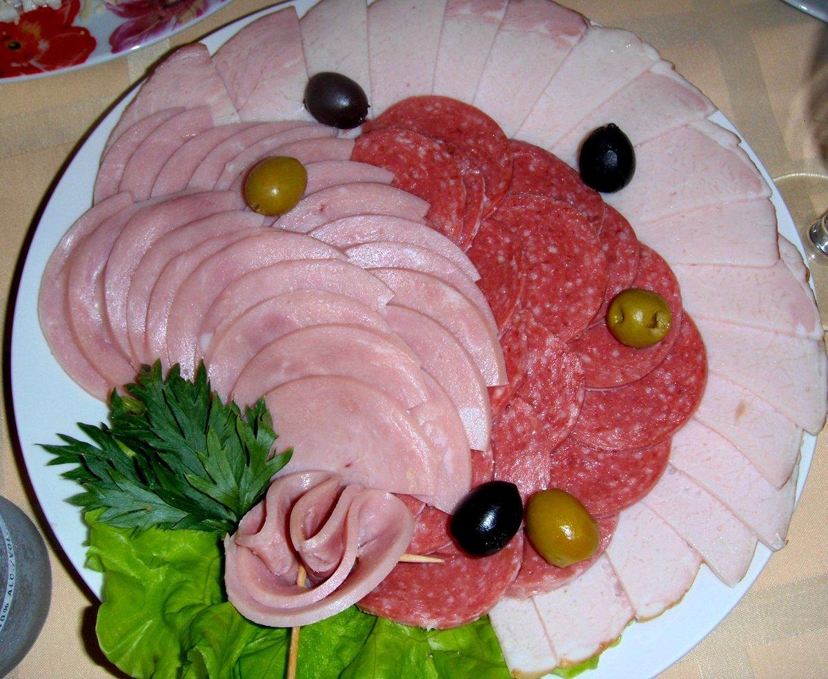 Украшение стола колбасой и сыром фото