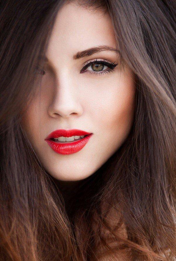 Брюнетка карие глаза красная помада макияж фото