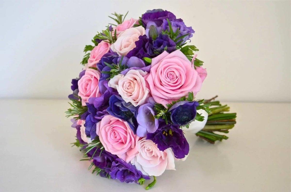 Какие цветы сочетаются в букете с розами фото